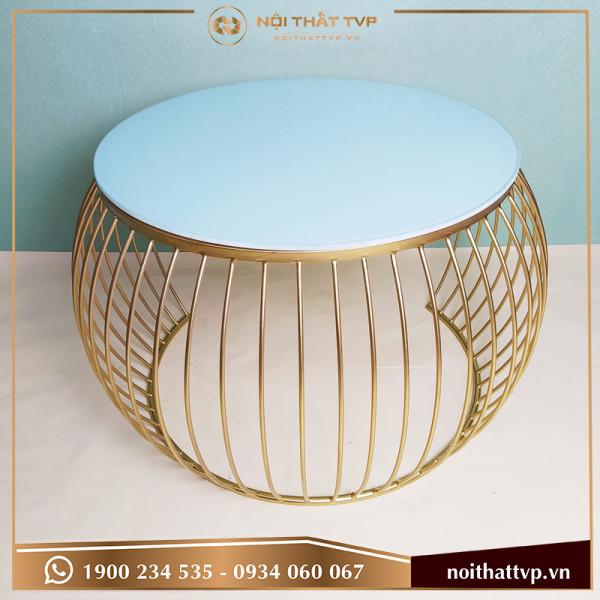 Bàn sofa quả táo cắn nửa mặt kính trắng, chân sơn tĩnh điện vàng TVP-BT04