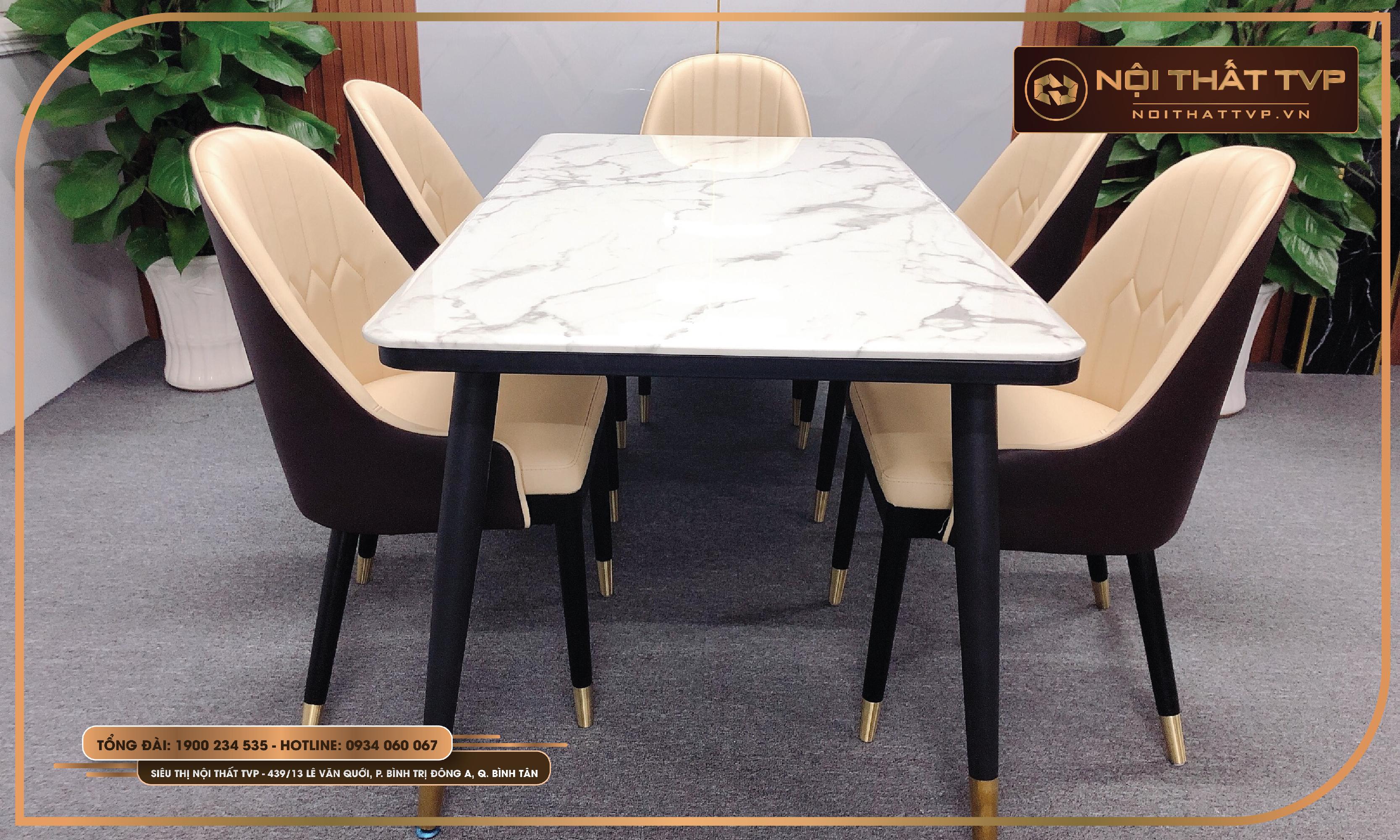 Chân bàn và chân ghế đều được bọc đồng